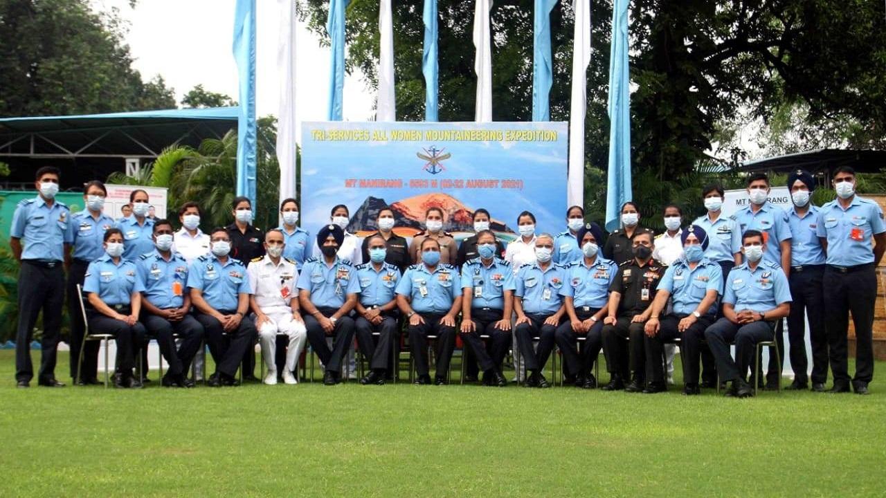 एयर चीफ मार्शल आरकेएस भदौरिया ने माउंट मनिरंग फतह करने वाली ट्राई सर्विसेज ऑल वुमन माउंटेनियरिंग टीम को दी बधाई, देखें PHOTOS