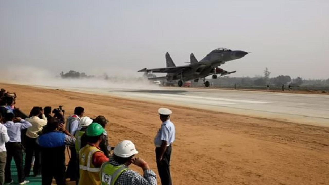 भारत-पाकिस्तान बॉर्डर के पास पहली बार हाइवे पर उतरा वायुसेना का लड़ाकू विमान, जानें क्यों पड़ी इसका जरूरत