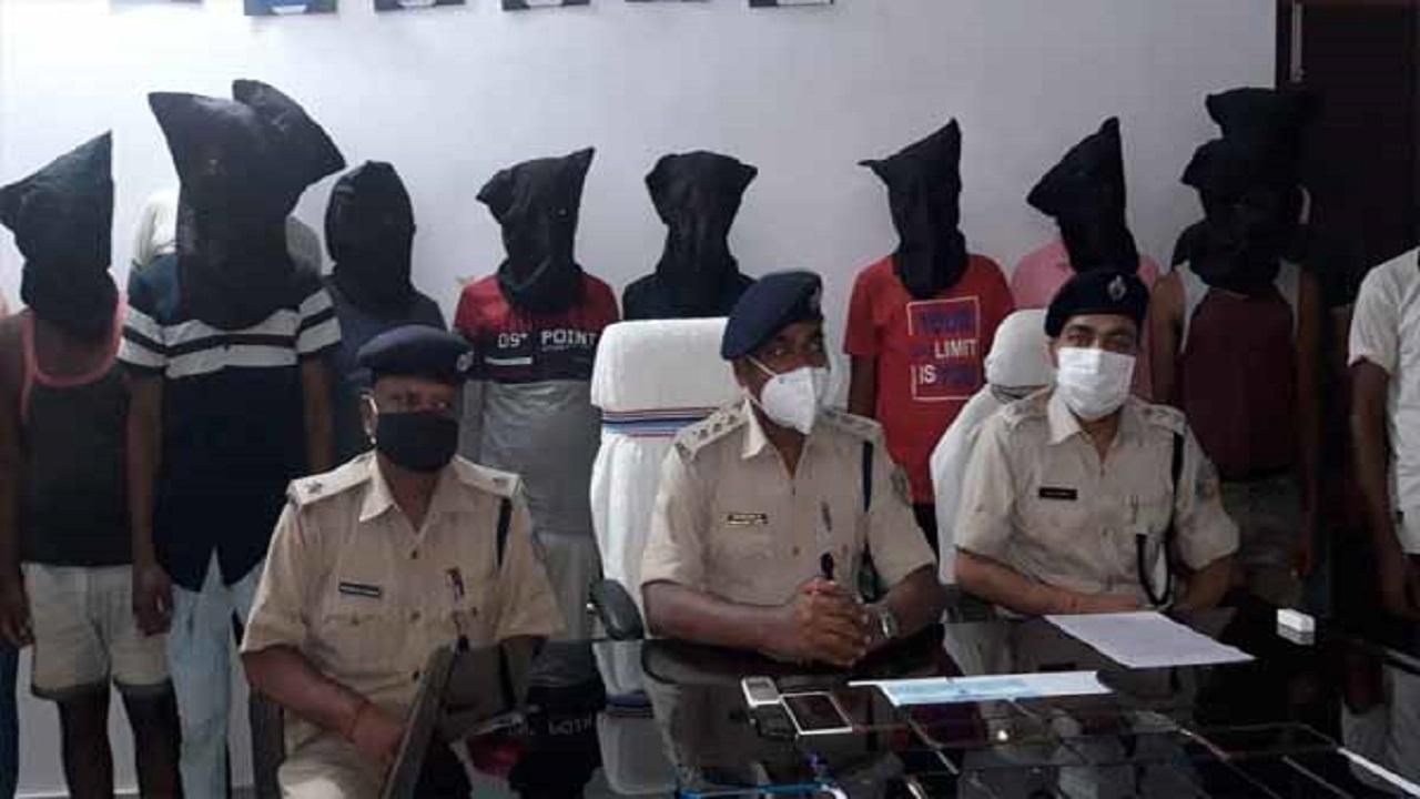 झारखंड: साइबर अपराधियों के खिलाफ देवघर पुलिस की ताबड़तोड़ कार्रवाई, 15 आरोपियों को सामान के साथ दबोचा