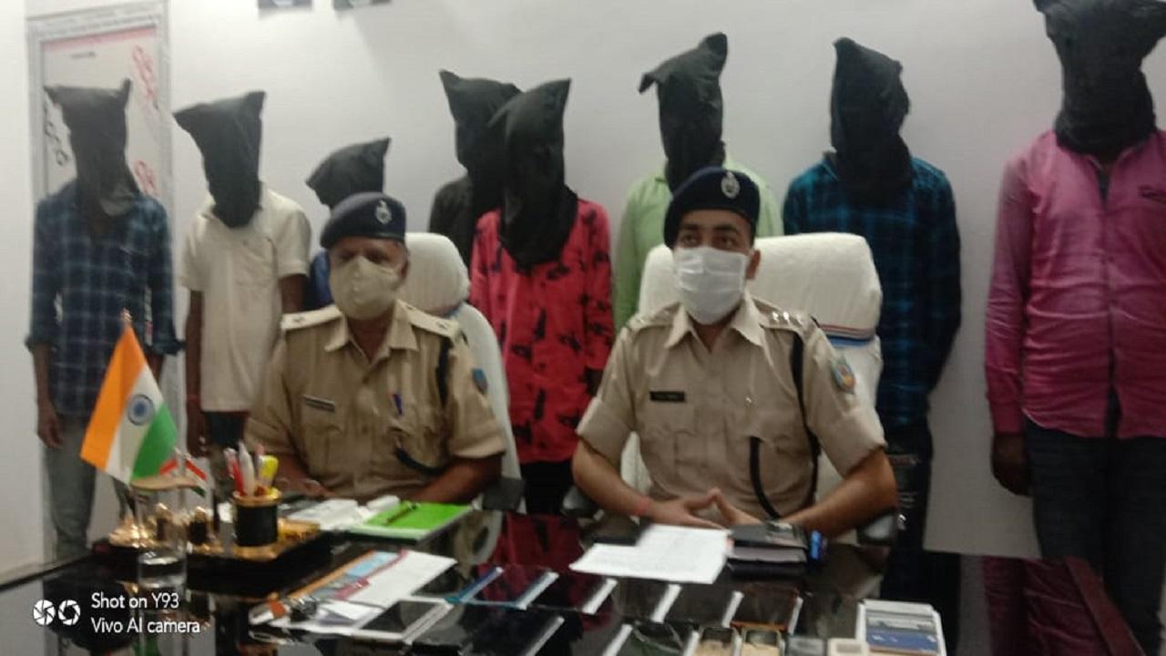 झारखंड: देवघर पुलिस ने ऑनलाइन ठगी करने वाले गिरोह का किया पर्दाफाश, 8 अपराधियों को पहुंचाया हवालात