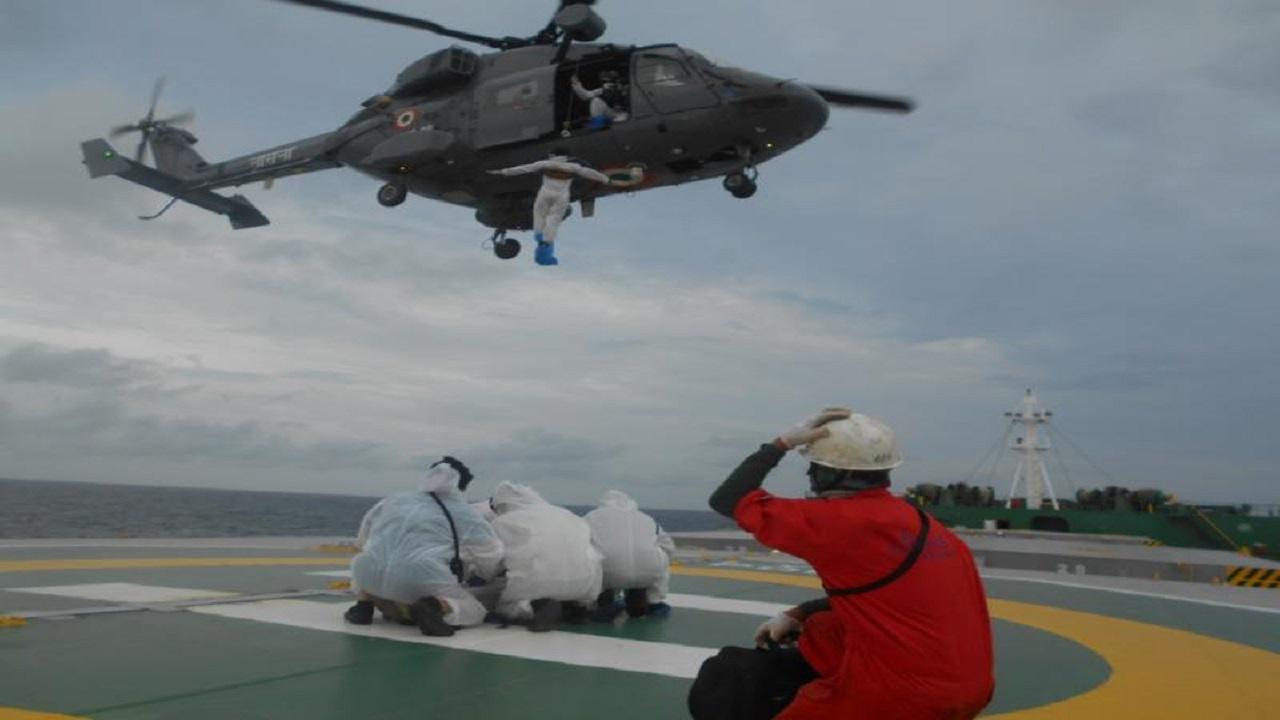 Indian Navy ने जान पर खेलकर फिलिपिनो चालक दल के सदस्य को बचाया, देखें PHOTOS