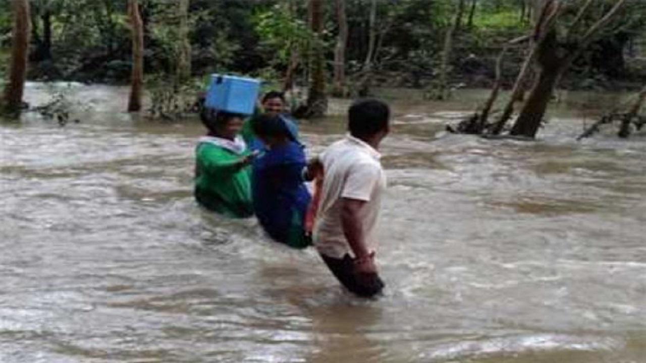 बीजापुर: उफनते नदी-नालों को पार कर धुर नक्सल प्रभावित इलाकों में पहुंच रही मेडिकल टीम