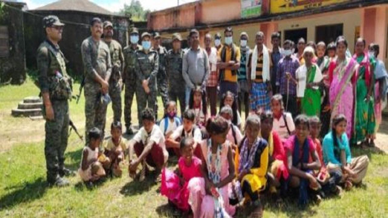 झारखंड: लोहरदगा के नक्सल प्रभावित इलाकों में सामुदायिक पुलिसिंग के तहत की जा रही लोगों की मदद