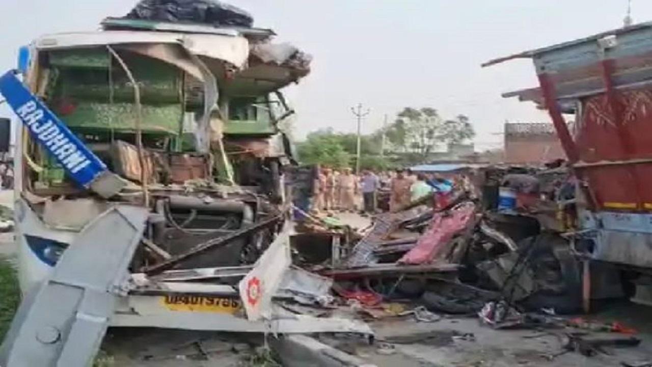 बाराबंकी में भीषण सड़क हादसा: टूरिस्ट बस और ट्रक की टक्कर में 9 लोगों की मौत, 27 घायल
