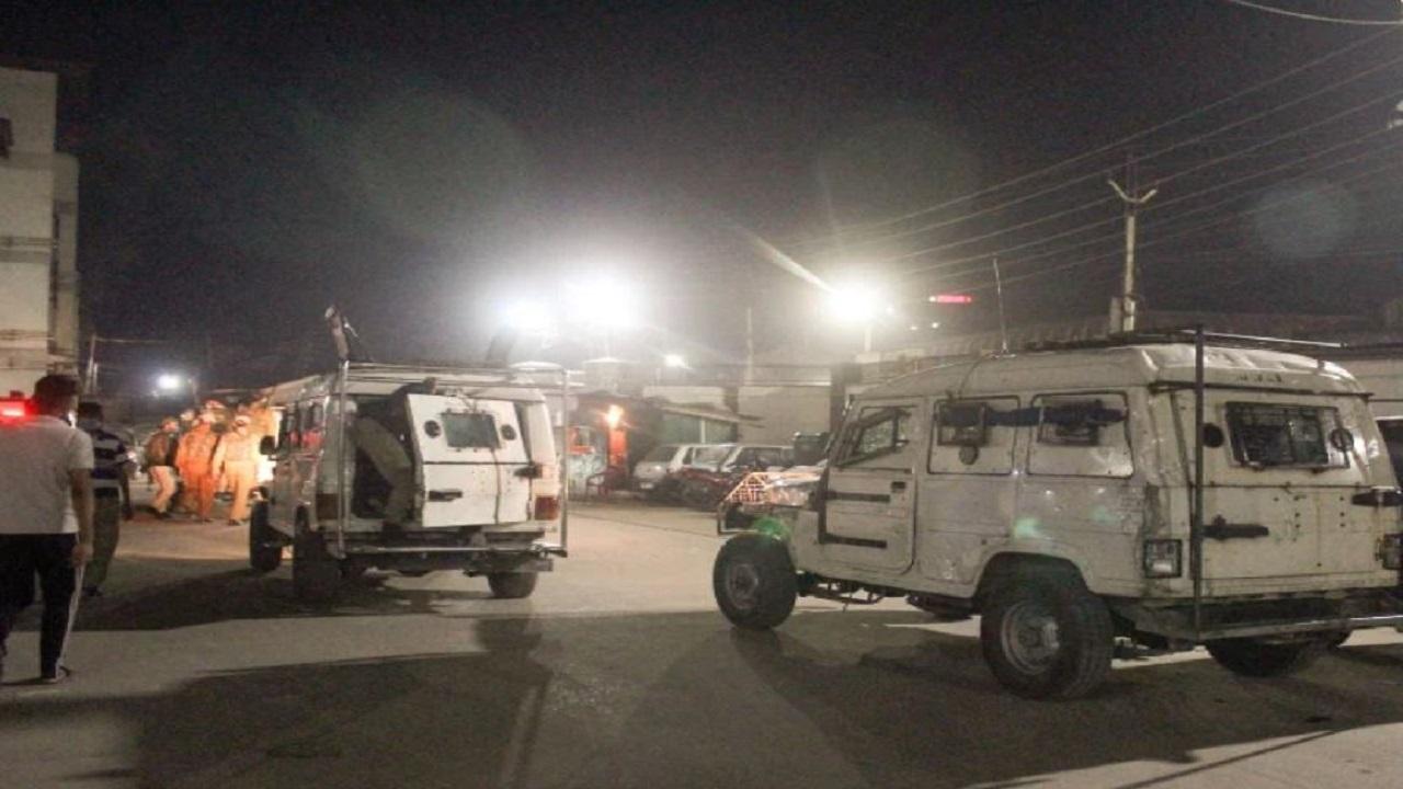 जम्मू-कश्मीर: श्रीनगर में पुलिस टीम पर आतंकी हमला, जवानों ने लश्कर के एक दहशतगर्द को मार गिराया