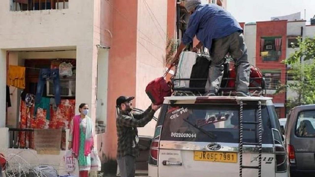 जम्मू कश्मीर: घाटी में लगातार हो रही हत्याओं के बाद हिंदूओं का पलायन शुरू, आतंकी हमलों पर दिल्ली में आज अहम बैठक