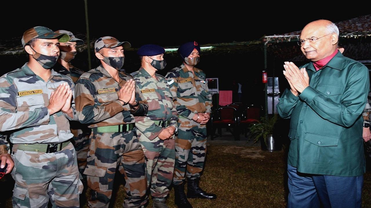 जम्मू-कश्मीर और लद्दाख दौरे पर राष्ट्रपति रामनाथ कोविंद, जवानों के साथ मना रहे दशहरा, देखें PHOTOS