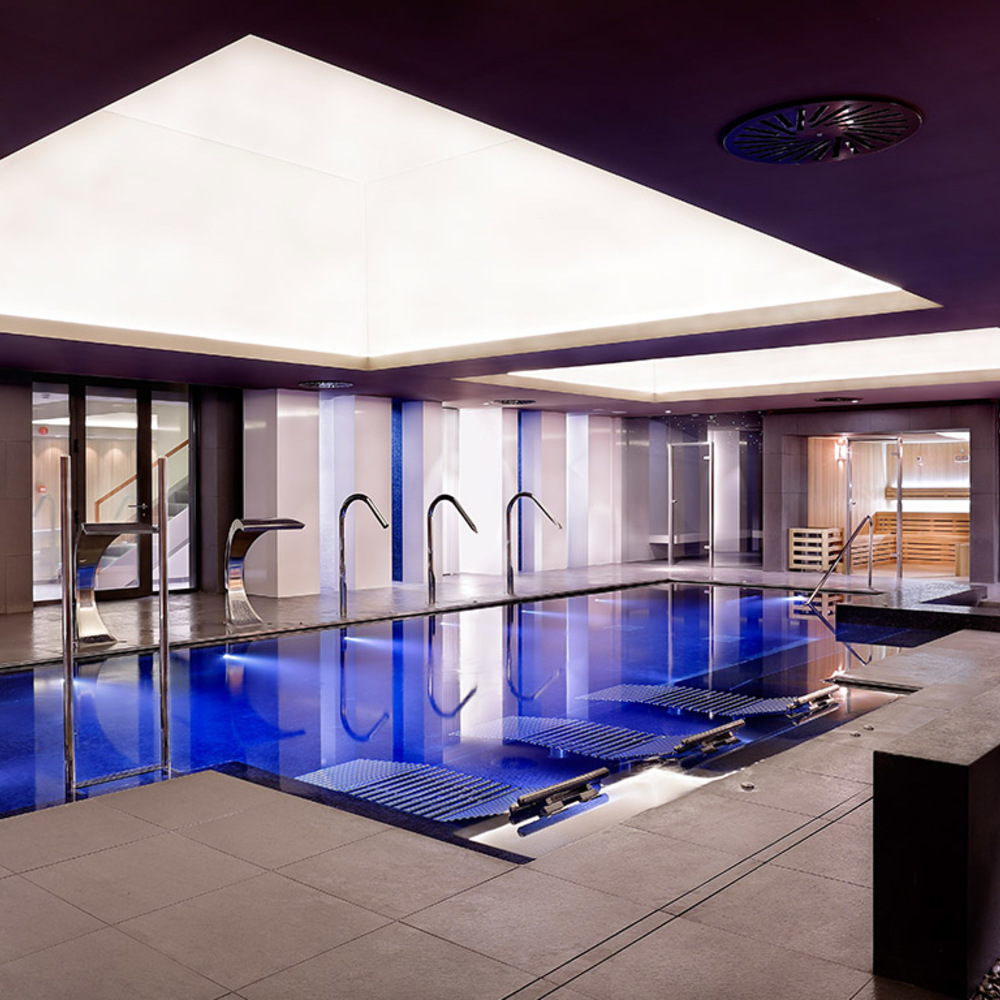Zona chorros y jacuzzi hotel crown plaza barcelona fira center