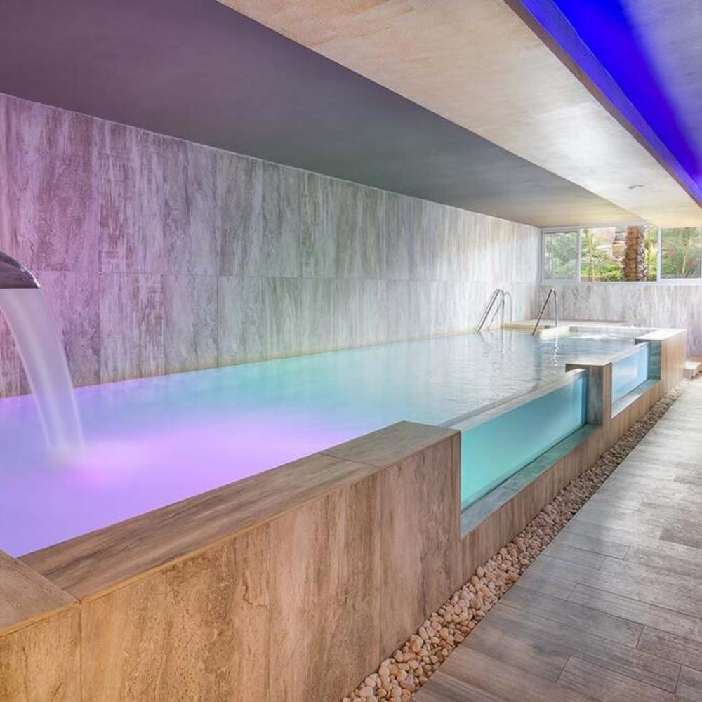 Tarifa lances spa piscina interior con chorros
