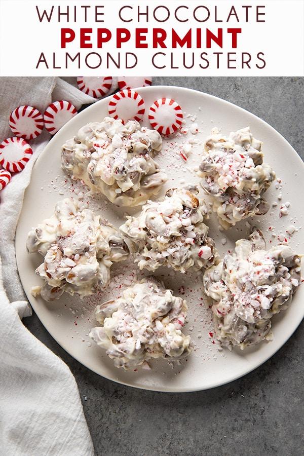白巧克力薄荷杏仁串是圣诞节很容易做的糖果!光滑和奶油白色巧克力外套,烤杏仁和碎薄荷!白巧克力_白巧克力甜点_圣诞沙漠_杏仁簇_薄荷_甜点_