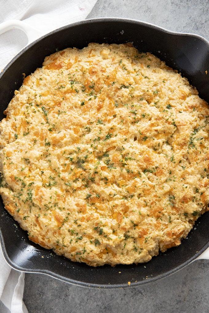 锅面包与奶酪和大蒜