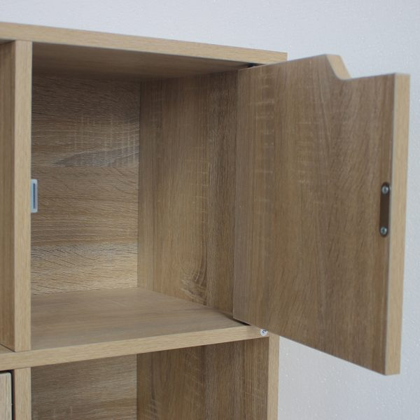 وحدة تخزين بباب في خزانة خشبية