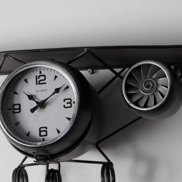 عقارب ساعة ششكل طائرة