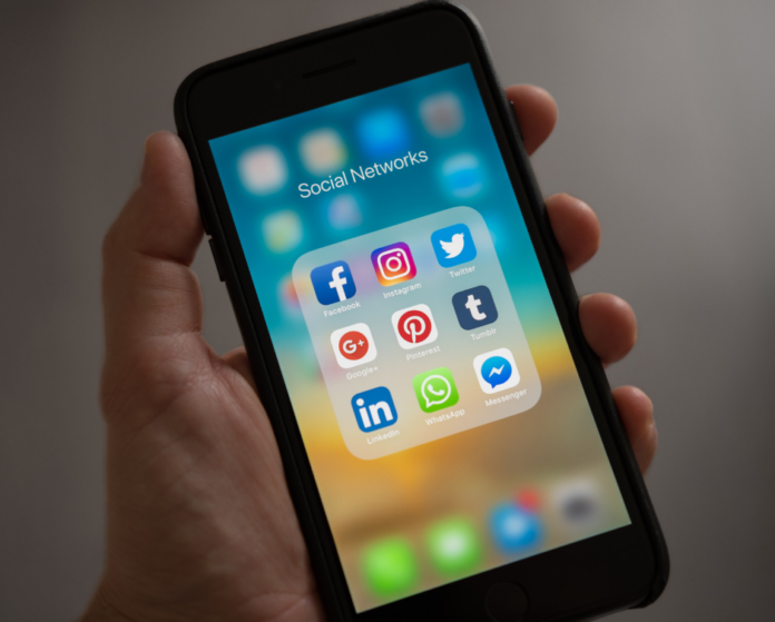 How to decide between SmarterQueue & HootSuite for social media schedulers. Great tips for business owners, bloggers, social media managers